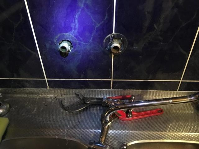 Wymiana baterii nad umywalką, zlewem